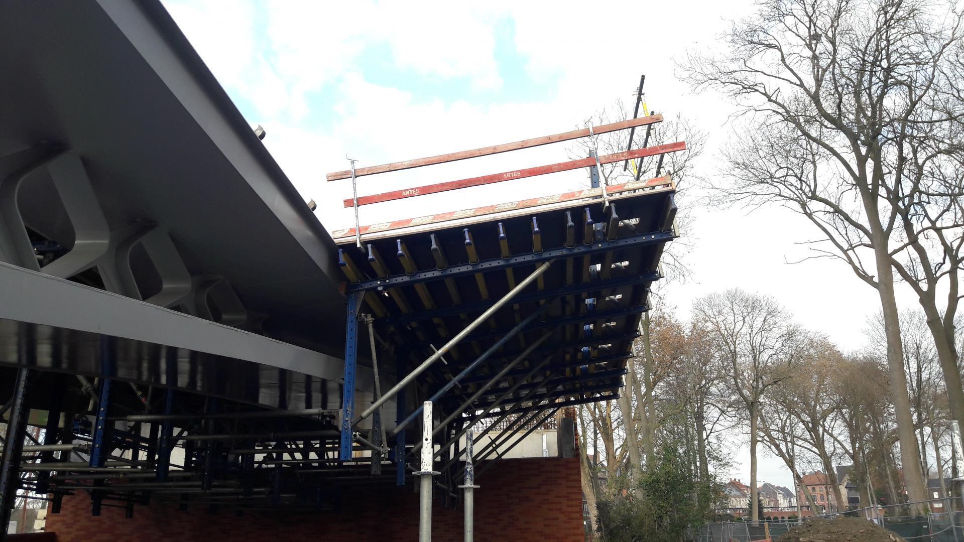 Het brugdek wordt aangebracht door middel van een hangende bekisting. Een technisch huzarenstukje!
