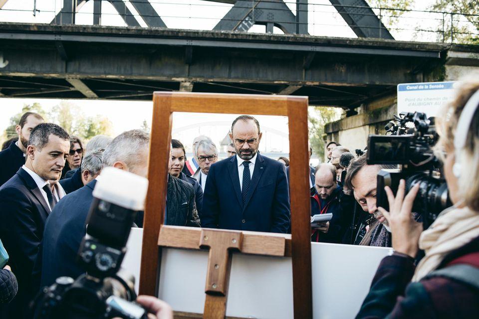 De Franse premier Philippe (centraal) bezocht het beginpunt van het te graven kanaal Seinde-Nord Europe - © Hugo Clarence Janody voor het blad Libération