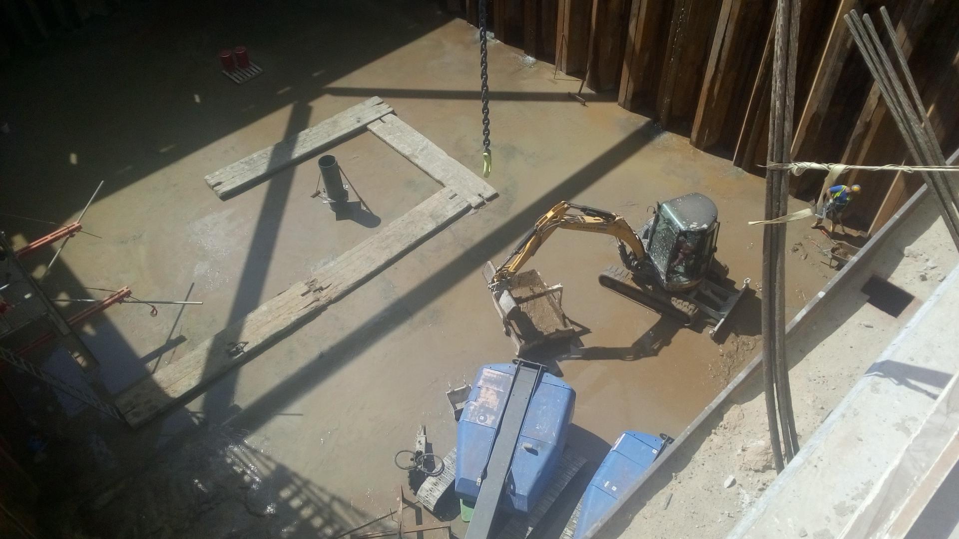 In deze bouwkuip wordt het eerste van drie sluishoofden gebouwd.