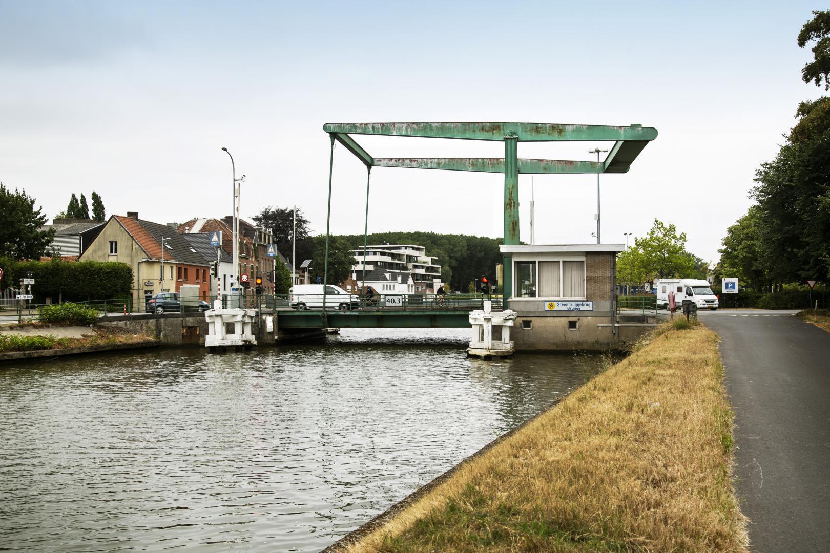 De huidige Steenbruggebrug is sterk verouderd en wordt vervangen door een hoge, vaste brug. Er komt ook een vlakke, beweegbare brug voor fietsers en voetgangers.